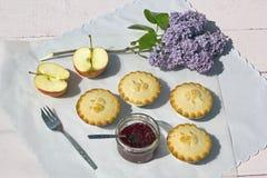 Frische gemachte Hauptapfelkuchen mit Apfel- und Himbeerstau Lizenzfreies Stockbild