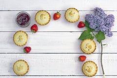 Frische gemachte Hauptapfelkuchen mit Himbeerstau- und -fliederblumen Lizenzfreies Stockbild