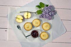 Frische gemachte Hauptapfelkuchen mit neuem Apfel- und Himbeerstau Stockfotos
