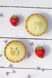 Frische gemachte Hauptapfelkuchen und frische Erdbeeren auf dem weißen b Stockfoto