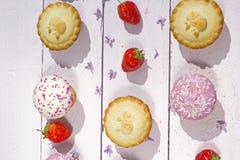 Frische gemachte Hauptapfelkuchen und kleine Kuchen mit frischen Erdbeeren Stockfotos