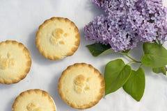 Frische gemachte Hauptapfelkuchen und lila Blumen Stockfoto