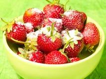 Frische geschmackvolle Erdbeere unter Zucker Stockfoto