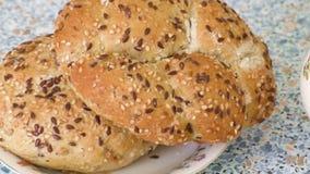 Frische geschmackvolle gebackene Brötchen mit indischem Sesam auf Platte stock footage