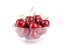 Frische geschmackvolle Kirschen auf Glasschüssel Stockfotografie