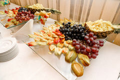 Frische geschnittene Früchte auf feierlichen tableiced süßen Tafeltrauben der Fruchtnachtischananas Stockfoto