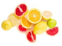 Frische geschnittene grapefruite Zitrone und Orange auf einem weißen Hintergrund lizenzfreie stockbilder