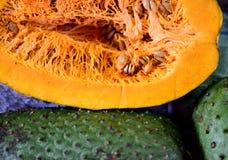 Frische geschnittene sauer Sobbe, Annona muricata oder kolumbianisches guanabana in Landwirte Warenmarkt in Medellin, Kolumbien stockbild