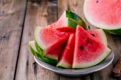 Frische geschnittene Wassermelone auf hölzernem rustikalem Hintergrund lizenzfreie stockbilder