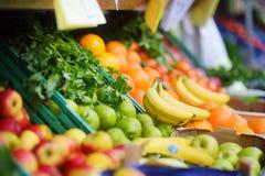 Frische gesunde Bioobst und gemüse auf Agrarmarkt Bremen-Landwirts Stockfotografie