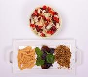 Frische gesunde Gemüseschüssel mit frischen Teigwaren und Korn lizenzfreies stockbild
