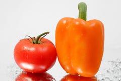 Frische gesunde reife Tomate u. roter Pfeffer Stockfoto