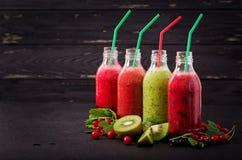 Frische gesunde Smoothies von den verschiedenen Beeren Lizenzfreie Stockbilder