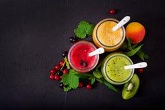 Frische gesunde Smoothies von den verschiedenen Beeren Lizenzfreies Stockfoto