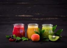 Frische gesunde Smoothies von den verschiedenen Beeren Stockfotografie