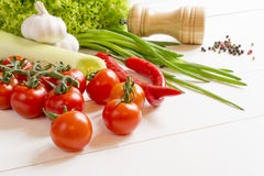 Frische Gewürze des rohen Gemüses auf einem Holztisch Stockfotografie