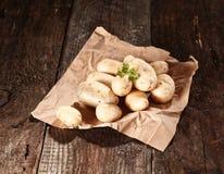 Frische gewaschene Bauernhofkartoffeln Stockbild