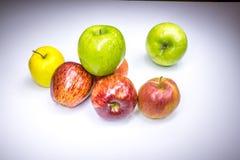 Frische glückliche sieben mehrfarbige Äpfel stockfoto