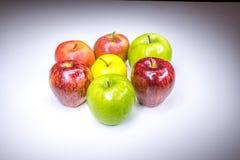 Frische glückliche sieben mehrfarbige Äpfel stockfotos