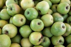 Frische grüne Äpfel auf dem Markt Viele Äpfel ein großer Hintergrund für einen Fruchtspeicher Lizenzfreie Stockbilder