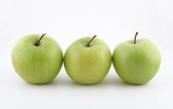 Frische grüne Äpfel auf Weiß Stockfotografie