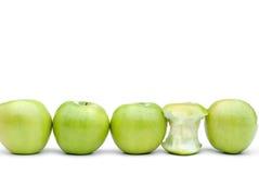 Frische grüne Äpfel mit einem gegessenen Apfel Lizenzfreies Stockfoto