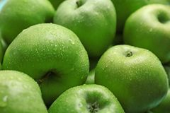 Frische grüne Äpfel mit Wassertropfen Stockfoto