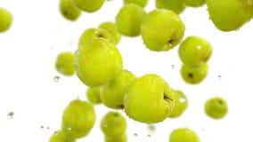 Frische grüne Äpfel mit Wassertropfen Chef gießt Olivenöl über frischem Salat in der Gaststätteküche isolat Wiedergabe 3d Stockfotografie