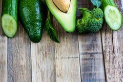 Frische grüne Avocado, Gurke, Spinat, brocoli Lizenzfreie Stockfotos