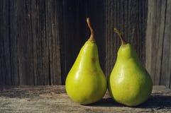 Frische grüne Birnen auf einer Holzoberfläche Stockfoto