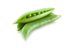 Frische grüne Erbse in der Hülse lokalisiert Stockfotos