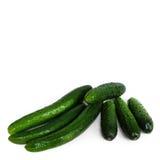 Frische grüne Gurken lokalisiert auf Weiß Stockfotos