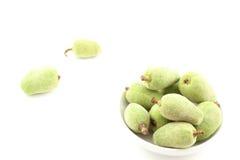 Frische grüne Mandel trägt in einer kleinen weißen Schüssel Früchte Stockbilder