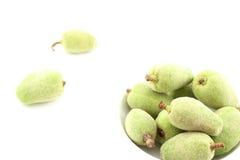 Frische grüne Mandel trägt in einer kleinen weißen Schüssel Früchte Lizenzfreies Stockbild