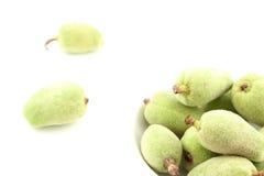 Frische grüne Mandel trägt in einer kleinen weißen Schüssel Früchte Stockfotografie