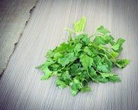 Frische grüne Petersilie über Woody Old Background Lizenzfreie Stockfotografie