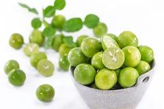 Frische grüne Zitronen in der Schüssel Lizenzfreies Stockbild