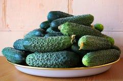 Frische gr?ne Gurken auf einer Platte Vegetarische Nahrung Gurke enth?lt Vitamine B, A stockbilder