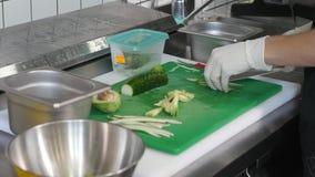 Frische Gurke für die Herstellung der vegetarischen Sushirolle hacken Stockbilder