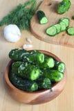 Frische Gurken mit Salz, Knoblauch Lizenzfreies Stockfoto