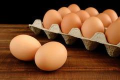 Frische Hühnereien auf rustikalem Holztisch lizenzfreie stockbilder