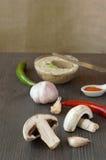Frische Hühnerpastete mit Gemüse und Kräutern auf einem hölzernen choppin Stockbilder