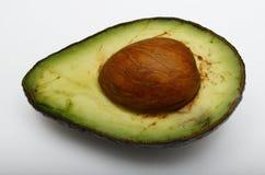 Frische halbe Avocado auf weißem Hintergrund Lizenzfreie Stockbilder