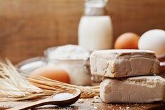 Frische Hefe und Bestandteile für das Backen auf hölzernem Küchentisch Produkt für die Zubereitung der Pizza oder des Brotes lizenzfreie stockbilder