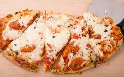 Frische heiße geschnittene ovale Pizza Stockfotos