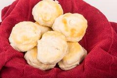 Frische heiße Kekse im roten Tuch Lizenzfreies Stockbild