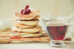 Frische heiße Pfannkuchen lokalisiert auf einem Weiß Lizenzfreie Stockfotografie