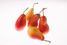 Frische, helle, saftige Birne auf einem weißen glühenden Hintergrund Stockfotografie
