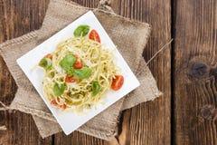 Frische hergestellte Spaghettis (mit Pesto) Stockfoto