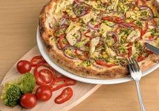 Frische italienische vegetarische Pizza mit Brokkoli- und Kirschtomaten lizenzfreie stockfotos
